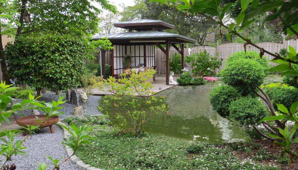 zicht op japans paviljoen aan vijver