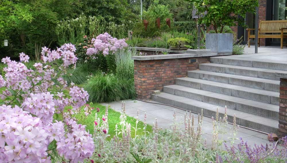 trappartij bij modern huis met grote tuin