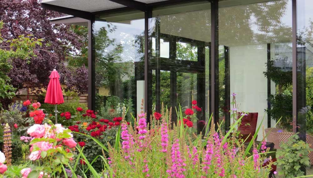 vaste planten en rode rozen voor wintertuin