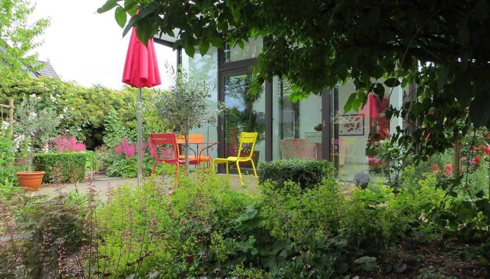 terras met kleurige tuinstoelen