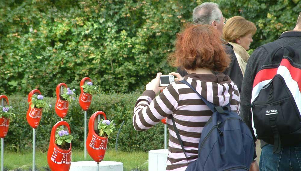 jonge vrouw fotografeerd rode klomp