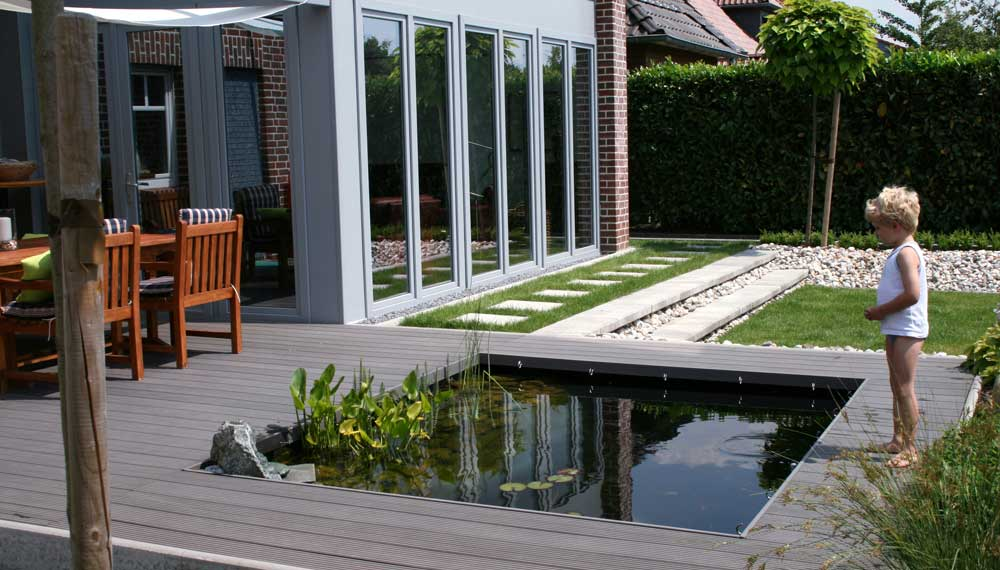 houten terras met vijver
