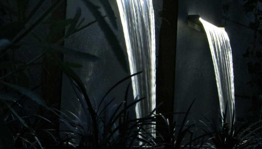nachtopname van waterelement met ledverlichting