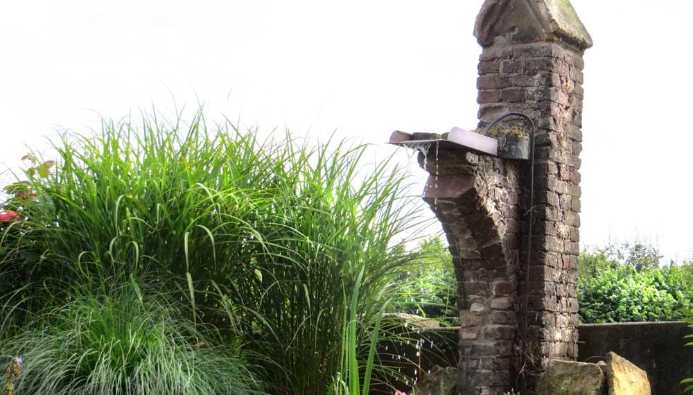 deel van de originele gevel wordt gebruikt als waterornament